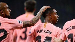 Malcom, felicitado por sus compañeros tras marcar el 0-1