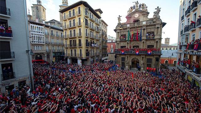 Osasuna celebra desde el Ayuntamiento y con sus aficionados el ascenso a Primera