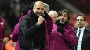 Pep celebrando su triunfo en Old Trafford