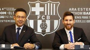 El presidente FC Barcelona Josep Maria Bartomeu y Leo Messi durante la firma de su renovación de contrato de noviembre de 2017