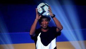 Ronaldinho no la pasa bien