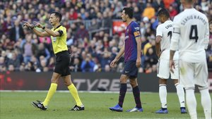 4aa7b3474dfaa Ha logrado la madurez arbitral en esta quinta temporada en Primera  división. Ya lo dejó patente en el encuentro liguero del Camp Nou
