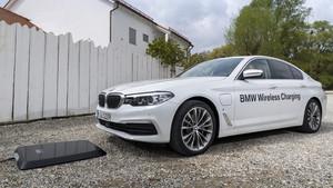 El BMW 530e iPerformance delante del GroundPad del sistema BMW Wireless Charging.