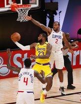 El alero de los Lakers de Los Ángeles, LeBron James (L) entra a canasta ante el alero de los Clippers de Los Ángeles Kawhi Leonard (R) en el segundo cuarto del partido de baloncesto de la NBA entre los Lakers de Los Ángeles y los Clippers de Los Ánge