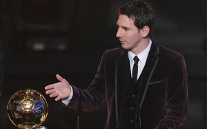 El azulgrana Leo Messi, con su tercer Balón de Oro en el año 2011