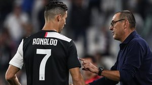 Cristiano Ronaldo junto a su entrenador Maurizio Sarri