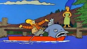 Este pescador atrapa un descomunal pez en el río Sena