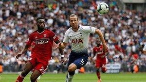 Fosu-Mensah, jugando con el Fulham ante el Tottenham de Kane