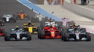 Hamilton durante la accidentada salida del GP de Francia
