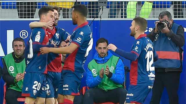 El Huesca sueña con la permanencia tras ganar al Sevilla en el 98