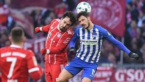 Hummels lucha por un balón con un rival