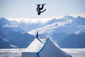 Julia Marino en acción durante la final del in action durante la final de la competición de snowboard slopestyle en el Laax Open, en Laax, Suiza.