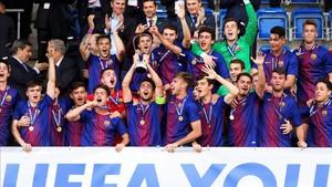 El Juvenil del Barça celebró por todo lo alto la conquista de la Youth League ante el Chelsea
