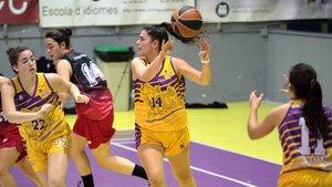 Las jugadoras de la UE Mataró Laida Martínez, Cynthia Molina y Ari Magrinyà en acción ante el Grup Barna