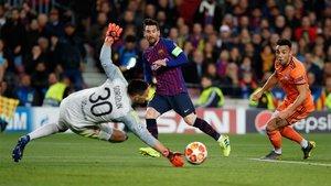 Leo Messi remata durante el Barça-Olympique de Lyon de la Champions 2018/19