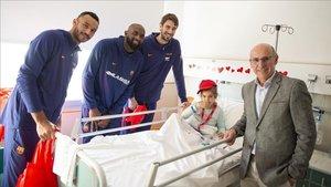 Los jugadores del Barça visitaron a los niños ingresados
