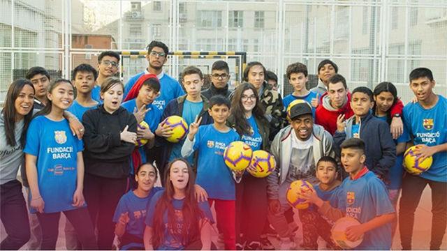 Malcom sorprende a los niños y niñas en el Raval beneficiarios de la Fundación Barça