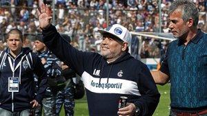 Maradona se estrenó en un estadio repleto