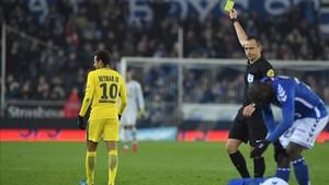 Neymar vio una amarilla por una dura entrada