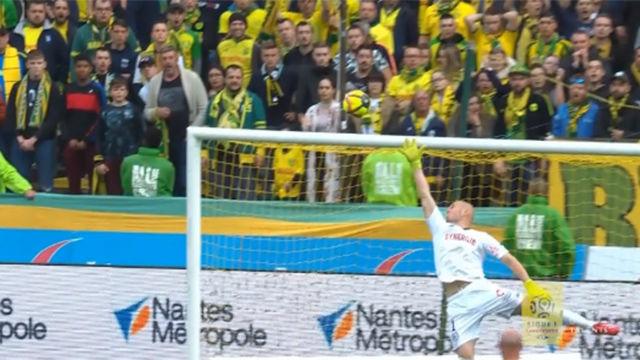 Otro espectacular gol de volea de Dani Alves desde su casa