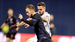 Rakitic lucha por un balón con Saúl en el último duelo entre Croacia y España.