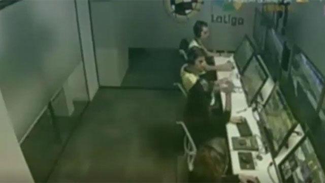 Real Madrid TV muestra cómo un árbitro celebra acertar en una decisión de VAR