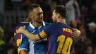 Sergio García y Leo Messi se saludan durante el último derbi Barça-Espanyol de la Liga 2017/18