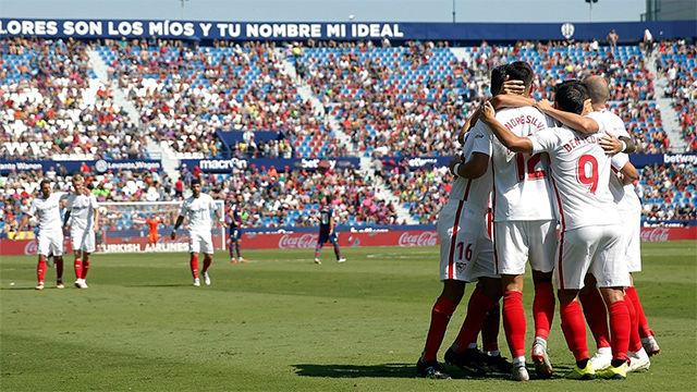 El Sevilla arrasa a un Levante irreconocible en el Ciutat de Valencia