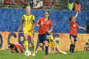 Stina Blackstenius (i) de Suecia contra Daniela Zamora (c) de Chile durante un partido de la Copa Mundial Femenina de la FIFA 2019 entre Chile y Suecia este martes, en Rennes (Francia).