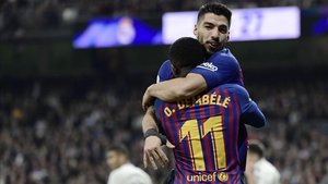 Suárez se abraza a Dembélé; fue sin duda, la pareja de la noche