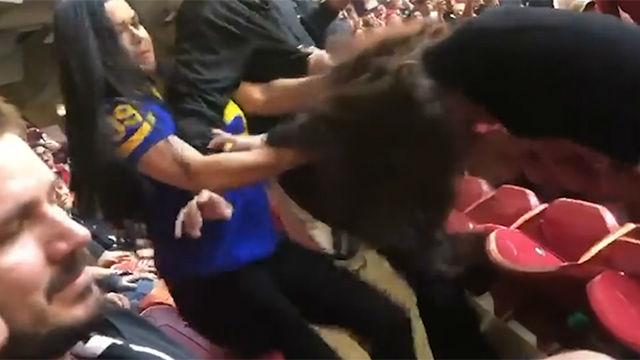 Tremenda pelea a rodillazos en un partido de NFL. ¡Se lleva cuatro en la cara!