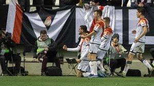 Una representación de jugadores del Rayo y aficionados del equipo madrileño se unieron para homenajear a aquellos que luchan contra el coronavirus