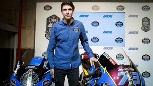Álex Màrquez posa con la moto campeona