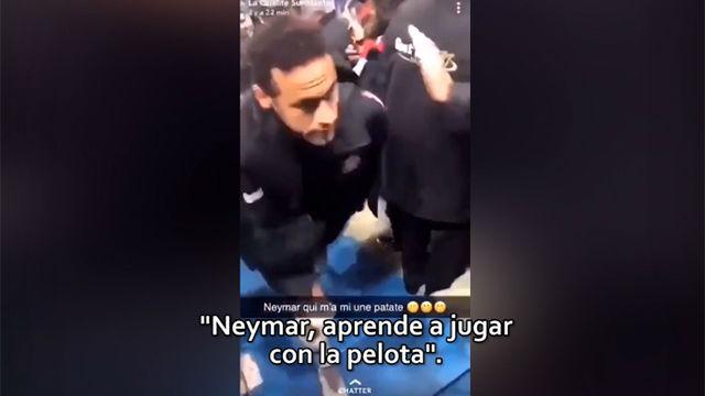 El aficionado con el que se encaró Neymar se grabó insultando a los jugadores