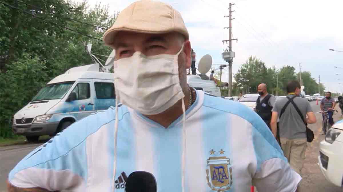 Aficionados argentinos frente a la casa de Maradona: Se murió el fútbol