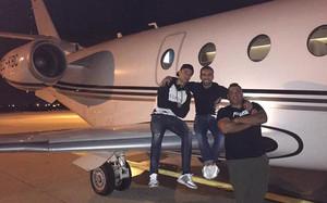 Cristiano Ronaldo posa junto a su jet privado