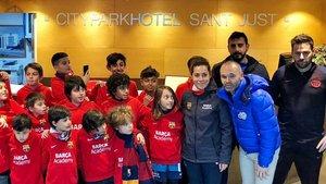 Iniesta le da una sorpresa al Barça Academy de Estambul