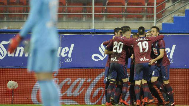 El Valencia allana el camino al Barcelona