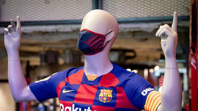 Las mascarillas del Barça ya están en las tiendas del club