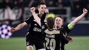 Los jugadores del Ajax celebran su clasificación
