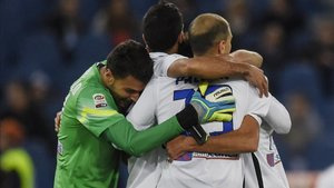 Marco Sportiello celebra un tanto del Atalanta junto a sus compañeros
