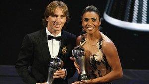 Marta, junto a Modric, en la última gala de la FIFA