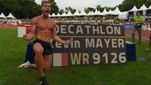 Mayer posando con su puntuación de récord