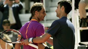 Nadal y Djokovic se saludan al final del partido