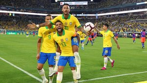 Neymar celebra su gol con el exazulgrana Dani Alves