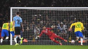 Neymar marcó el único gol de penalti