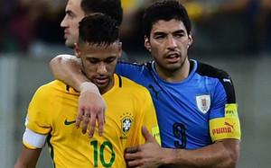 Neymar y Suárez, después de enfrentarse en el Brasil - Uruguay
