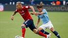 Patrick Roberts persigue al lateral del Bayern Rafinha en un partido de esta pretemporada con el Manchester City