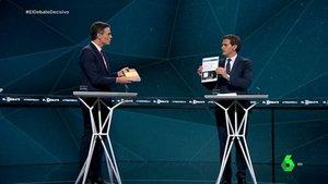 Pedro Sánchez y Albert Rivera intercambian libros en El Debate de Atresmedia | La Sexta