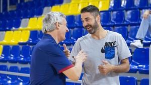 Pesic y Navarro dialogan durante el entrenamiento de la sección